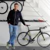 Dans l'atelier de son nouveau mentor, Michael Mourecek, patron des cycles Festka, Ondrej Sosenka présente ici un des vélos de la marque tchèque. Le sien est en cours de conception et sera évidemment à ses cotes.