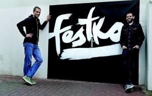 À Prague, devant l'entrée de l'atelier Festka, avec Michael Mourecek, le boss de cette marque de cyles qui prépare un vélo sur mesure pour sa tentative du 19 juillet 2015.